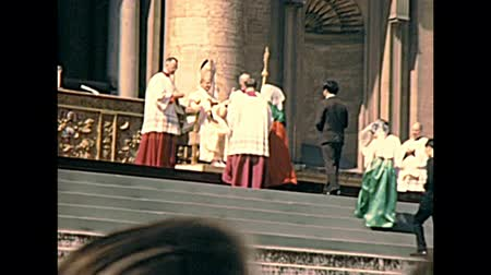 paus : VATICAN, ROME, ITALY - CIRCA 1970: delegation of believers in Basilica of Saint Peter waiting to meet the old Pope Saint Paul VI with Pontifical Swiss Guard. Archival of Rome capital of Italy in 1970s