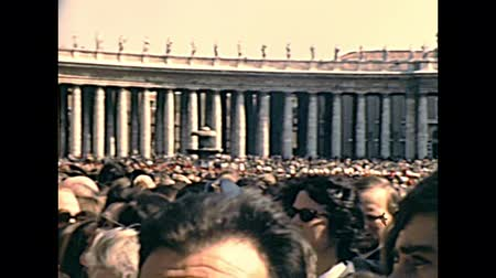 papież : VATICAN CITY, ROME, ITALY - CIRCA 1970: crowd of believers in Saint Peter square of Rome, during the public speaking of old Pope Saint Paul VI. Archival of Rome capital of Italy in the 1970s. Wideo