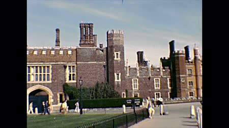 Molesey, UNITED KINGDOM - CIRCA 1970: Panorama of Hampton Court Palace gate, a royal palace in East Molesey town, Richmond upon Thames, beside London city. Archival in 1970s in England. Стоковые видеозаписи