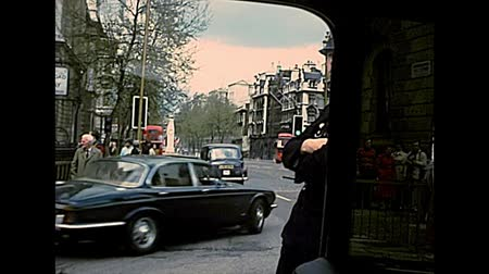 homeopático : LONDON, UNITED KINGDOM - CIRCA 1977: policeman bobby in city traffic with typical bobby hat. Archival of London city of England in the 1970s.