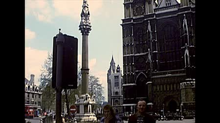 abbaye : LONDON, UNITED KINGDOM - CIRCA 1977: Westminster abbey facade with its twin towers. Crimea and Indian Mutiny memorial column. Archival of London city of England in the 1970s. Vidéos Libres De Droits