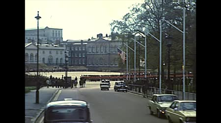 buckingham palace : LONDON, UNITED KINGDOM - CIRCA 1977: Horse Guards Parade square with the annual ceremonies of Trooping the Colour, commemorating the monarchs official birthday and Beating Retreat military ceremony. Stock Footage