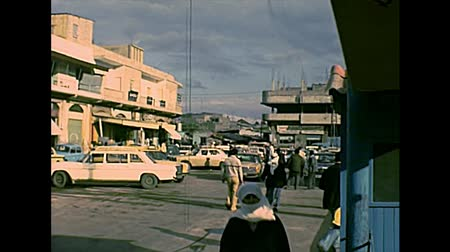 palestina : GAZA, PALESTINE, ISRAEL - CIRCA 1979: a square of the Gaza with local people in Palestinian dress and vintage cars, under the occupation of Israel until 1993. Archival of Palestine in 1970s Stock Footage