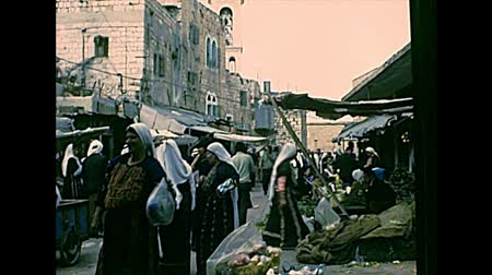 Иерусалим : BETHLEHEM, WEST BANK - CIRCA 1979: Streets life of the old town with local people in typical Palestinian dress, working and shopping in the markets and shops. Archival of Israel and Palestine in 1970s