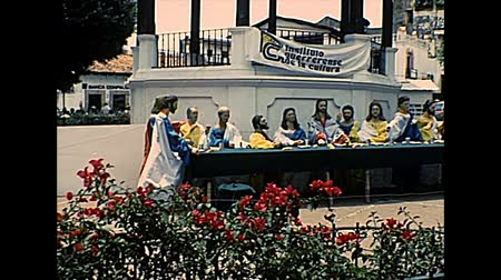geçen : TAXCO DE ALARCON, MEXICO - circa 1970: Taxco downtown square, plaza borda, of the Church of Santa Prisca. Last supper, religious sculpture. Archival of Mexico in South America in 1970s.