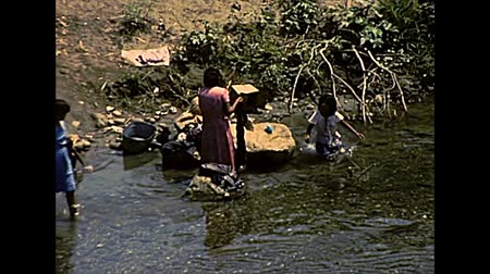 latin amerika : CHIAPAS, MEXICO - circa 1970: Mexican women washing clothes in the river. Archival of Mexico in Chiapas state, South America in the 1970s.