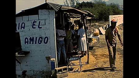 семидесятые годы : CHIAPAS, MEXICO - circa 1970: roads of Chiapas with rural street restaurant of tacos, Taqueria el buon amigo. Archival of Mexico in South America in 1970s. Стоковые видеозаписи