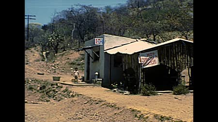 keet : CHIAPAS, MEXICO - circa 1970: road shop and restaurant with Pepsi sign. Archival of Mexico in South America in the 1970s. Stockvideo