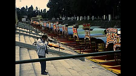 семидесятые годы : XOCHIMILCO, MEXICO - circa 1970: Trajinera boats on canals at Xochimilco boroughs of Mexico City for tourist cruise tours. Archival of Mexico in South America in the 1970s.