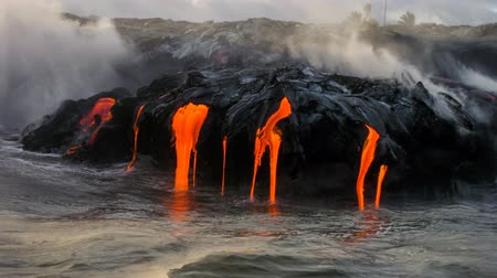 geológiai : Sea view of Kilauea Volcano in Big Island, Hawaii, United States. A restless volcano that has been in business since 1983. Cinemagraph loop at sunset when the lava glows down into the sea.