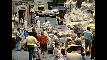 цыган : ROME, ITALY - circa 1986: The classic Trevi Fountain stairway with tourists in Rome city. Archival of Rome capital city of Italy in the 1980s. Стоковые видеозаписи