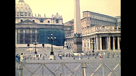 paus : VATICAN CITY, ROME, ITALY - 1986: San Pietro fountain in Saint Peter square of Rome in Italy, during the old Pope John Paul II. Archival of Rome capital of Italy in the 1980s.