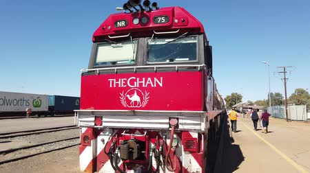 rugók : Alice Springs, Northern Territory, Australia - Aug 29, 2019: The Ghan Australian iconic luxury passenger train stopped at Alice Springs station on Adelaide-Darwin route. Frontal view. Stock mozgókép