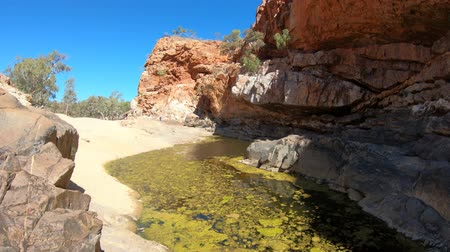 アウトバック : Viewpoint between Pound Walk and Ghost Gum Walk where rocky cliffs of Ormiston Gorge reflected in a pool on dry river in West MacDonnell Range.Northern Territory, Central Australia, Outback Red Centre