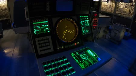 buque de guerra : San Diego, Navy Pier, California, USA - JULY 31, 2018: command center of the Battleship USS Midway at San Diego, Navy Historic museum. Dark mode for combat operations with radar and sonar.