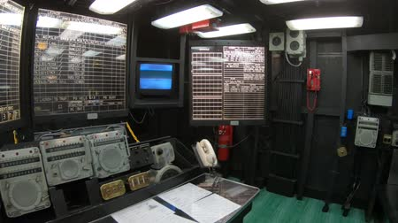 gedenksteen : San Diego, Navy Pier, California, USA - JULY 31, 2018: Main battle station with table and maps in operation room of Battleship Midway at San Diego. Was longest-serving aircraft carrier, 1945 to 1992