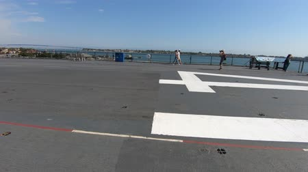 válečné loďstvo : San Diego, Navy Pier, California, USA - August 1, 2018: panorama of the flight deck runway of USS Midway warship at San Diego pier. Served in World War II and cold war.