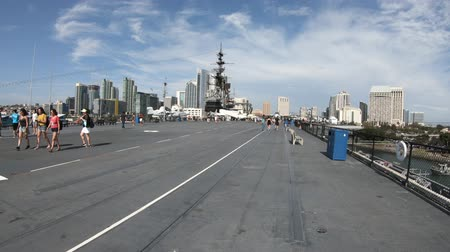 герои : San Diego, Navy Pier, California, USA - August 1, 2018: Big flight deck runway of USS Midway warship at San Diego pier. Served in World War II and cold war.