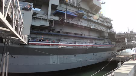 velitel : San Diego, Navy Pier, California, USA - August 1, 2018: side of USS Midway Battleship in San Diego California. Navy Pier of United States. National historic patriotic monument. Dostupné videozáznamy