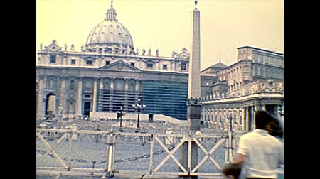 paus : VATICAN CITY, ROME, ITALY - 1986: panorama of Saint Peter square of Rome in Italy with Saint Peter church. Archival of Rome capital of Italy in the 1980s.