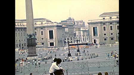 paus : VATICAN CITY, ROME, ITALY - 1986: panorama of Saint Peter square of Rome in Italy with tourists in the 1980s. Archival of Rome capital of Italy.
