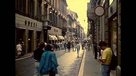 цыган : ROME, ITALY - CIRCA 1986: the famous shopping street Via Dei Condotti in the luxury district of Rome by Piazza di Spagna square. Archival of Rome capital of Italy in the 1980s.