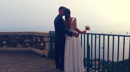 flange : Roquebrune-Cap-Martin, France - September 24, 2016: Beautiful Newlyweds Hugging And Kissing Each Other. Beautiful View Of The Mediterranean Sea In The Background