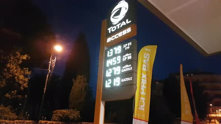 despesas gerais : Roquebrune-Cap-Martin, France - June 8, 2017: Gas Station Night, Total Access Station Sign Displays, Fuel Prices in Euros Vídeos