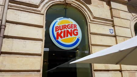 franczyza : Grenada, Spain - April 3, 2017: Burger King Sign. Burger King is a Global Chain Of Hamburger Fast Food Restaurants Headquartered In Florida, United States