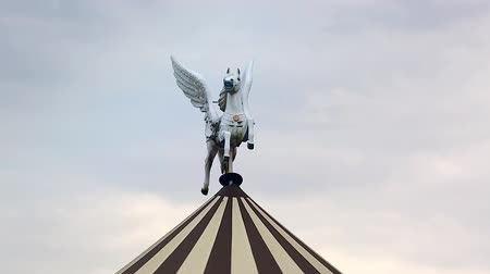 pegaz : White Winged Horse Pegasus Statue on the Roof of the Carousel (Merry-Go-Round) Wideo