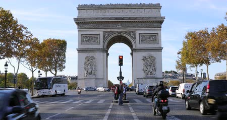por que : Paris, France - October 16, 2018: Time Lapse Of Arc Of Triumph And Traffic Street On Champs Elysees In Paris, France, Europe - DCi 4K Resolution