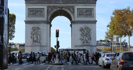 por que : Paris, France - October 16, 2018: Arc De Triomphe And Street Traffic On The Champs Elysees In Paris, France, Europe - DCi 4K Resolution