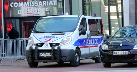 por que : Paris, France - October 16, 2018: French Police Van Renault Traffic Parked In Front Of The Police Station. District Defense, Europe - DCi 4K Resolution