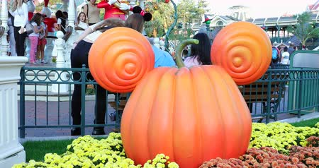 royaume magique : Marne-la-Vall? E, France - 14 octobre 2018: Mickey Mouse Pumpkin Head à Disneyland Paris (Euro Disney), décorations d'Halloween à Main Street USA, Magic Kingdom, Marne-la-Vallée, Ile-de-France, France , Europe - Résolution DCi 4K