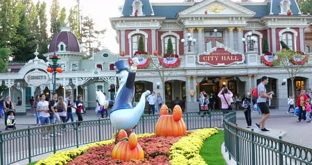 anão : Marne-la-Vall?e, France - October 14, 2018: Mickey Mouse Pumpkin Head At Disneyland Paris (Euro Disney), Halloween Decorations At Main Street USA, Magic Kingdom, Marne-la-Vallee, Ile-de-France, France, Europe - DCi 4K Resolution Stock Footage