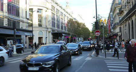 por que : Paris, France - October 16, 2018: Rush Hour Traffic In The Streets Of Paris, Haussmann Boulevard, Haussmann Spring Beauty Store, France, Europe - DCi 4K Resolution