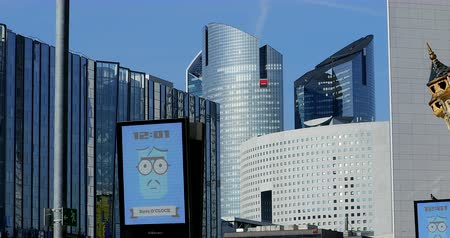 publicidade : Paris, France - October 16, 2018: JCDecaux Electronic Advertising Board At The Defense. Modern Skyscrapers In The Background, Paris, France, Europe - DCi 4K Resolution