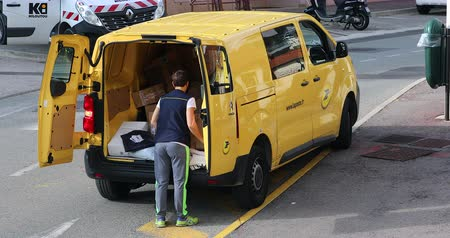 poczta : Roquebrune-Cap-Martin, France - November 14, 2018: The Yellow Post Parcel Van Service Delivery (Citroen Jumpy) And Employee In The Street. The Post Is A Postal Service Company In France - DCi 4K Video