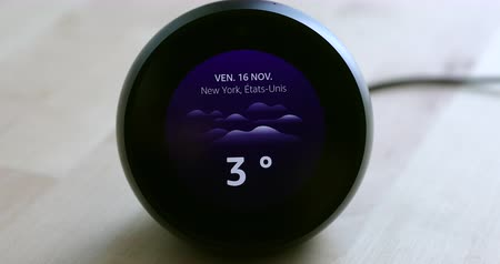 mancha : Paris, France - November 16, 2018: Amazon Echo Spot Personal Smart Assistant Showing The Weather Forecast New York, NY (USA) On Screen, DCI 4K Resolution Stock Footage