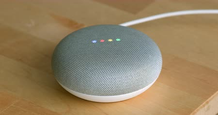 escritorio virtual : París, Francia - 17 de diciembre de 2018: Google Home Mini en la tabla de colores Chalk. Altavoz inteligente con el Asistente de Google, Asistente virtual con tecnología de inteligencia artificial - Resolución DCi 4K Archivo de Video