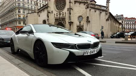 por que : Lyon, France - January 4, 2019: White BMW i8 Plug-In Hybrid Sport Car Parked In Front Of The St. Bonaventure Church In Lyon, France, Europe - 4K Resolution