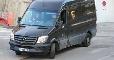 por que : Roquebrune-Cap-Martin, France - January 15, 2019: Black Mercedes-Benz New Sprinter UPS Delivery Truck Parked In The Street, Man Driving UPS Truck. French Riviera, Europe - DCi 4K Video Stock Footage