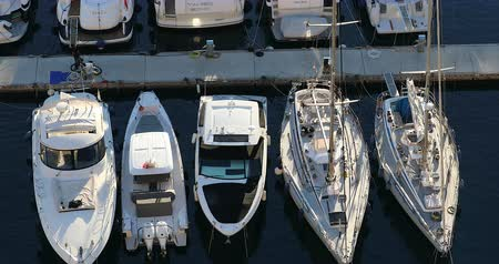 forrado : Fontvieille, Monaco - January 15, 2019: Top View Of Luxurious Sailing Yachts And Boats Lined Up, Moored Sailboats In The Port Of Fontvieille In Monaco, French Riviera, Europe - DCi 4K Video Vídeos