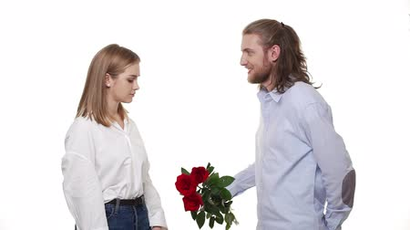 peça : Man giving a rose to woman for apologize. woman with Unhappy, angry wife refuses apology. Relationship problem. Vídeos