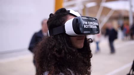 realidade : Woman wearing an optical head-mounted display,