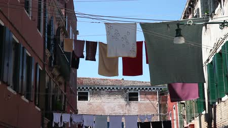 prendedor de roupa : Clothes hanging to dry on a clothesline in Venice