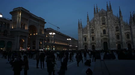 pináculo : MILAN, ITALY - JANUARY, 26: View of Piazza del Duomo at sunset on January 26, 2019