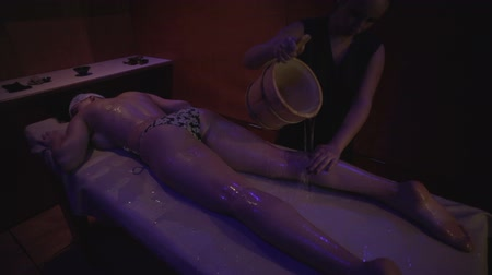 치료상의 : Young woman in spa salon
