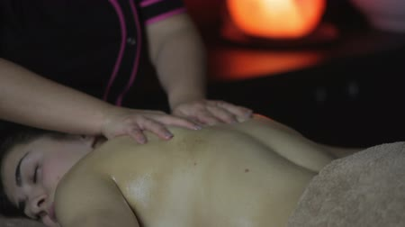 успокаивающий : Beautiful young woman receiving massage in spa salon