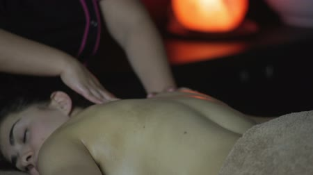 acalmar : Beautiful young woman receiving massage in spa salon